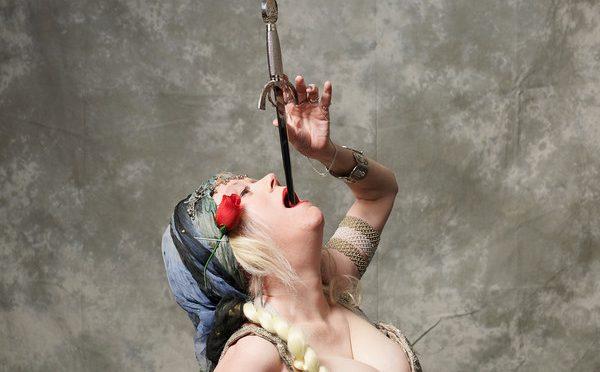 Cea mai lunga sabie inghitita de o femeie