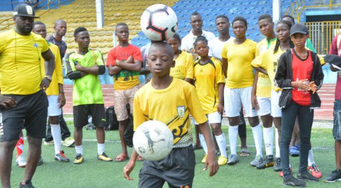 Jonglerii cu mingea de fotbal pe cap record